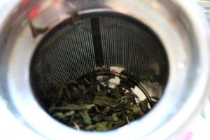 Tee im Sieb